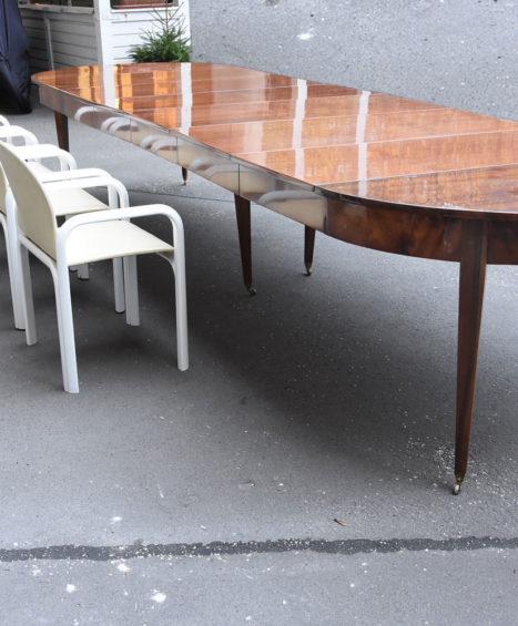Großer Nussbaum Tisch, Frankeich 1810/20 auf sechs Beinen mit Messing Rollen