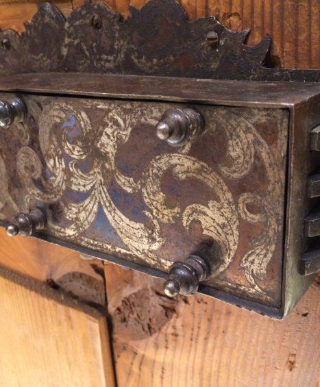 Antiker zweitüriger Barockschrank Nussbaum um 1750
